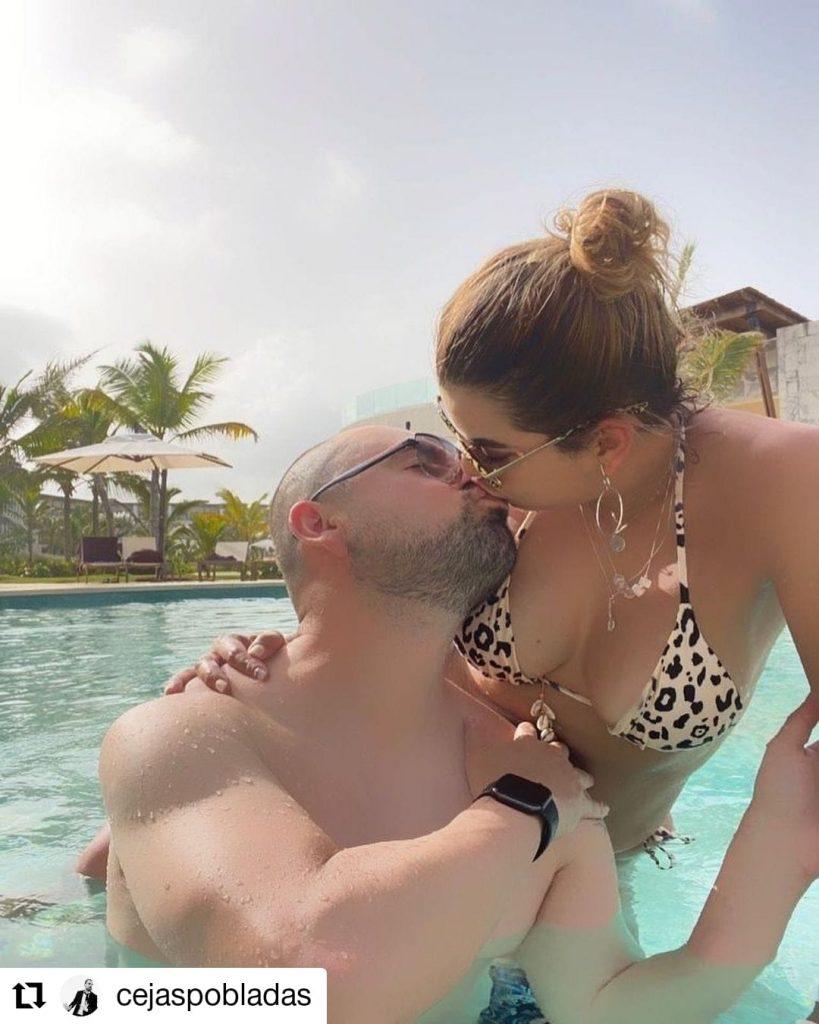 foto de dos personas en una piscina