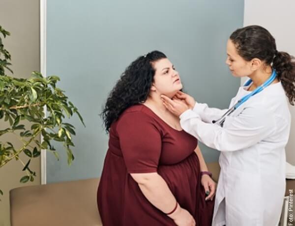foto de médico revisando tiroides