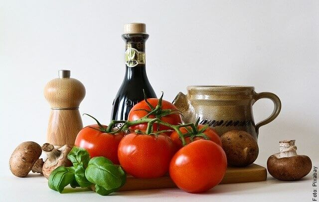 foto de tomates y albahaca
