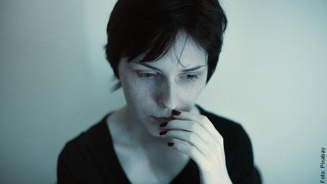 foto de mujer preocupada