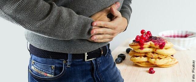 foto de hombre con dolor de estómago