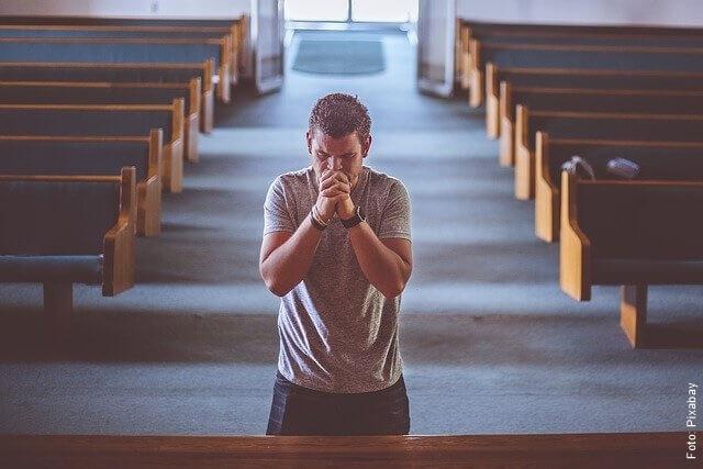 foto de hombre rezando