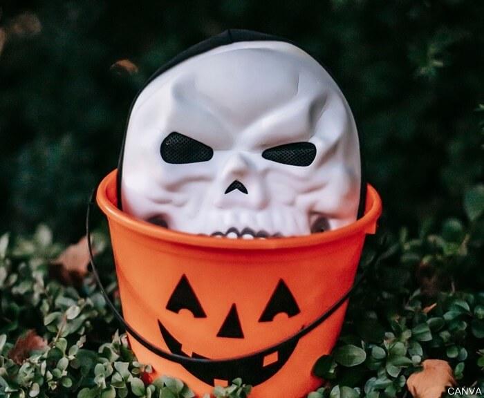 Máscara dentro de una calabaza para ilustrar Máscaras de terror infaltables en Halloween