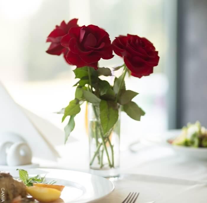 Foto de rosas rojas en un vaso para ilustrar el Significado de las rosas rojas cuando te las regalan