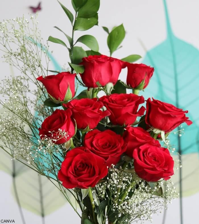 Foto de ramo pequeño de rosas rojas