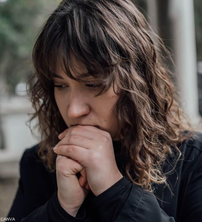 Foto mujer preocupada y ansiosa para ilustrar Soñar con caída de cabello qué tan malo es