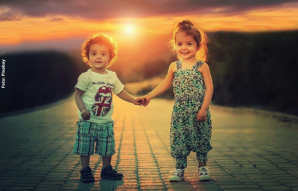 foto de dos niños sonriendo