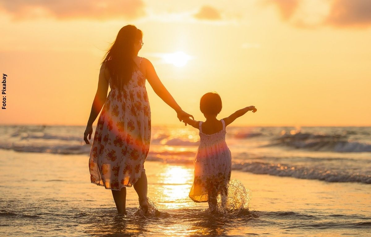 Foto de una mujer y un niño en la playa