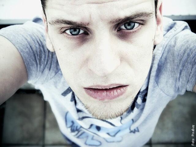 foto de hombre con ojeras