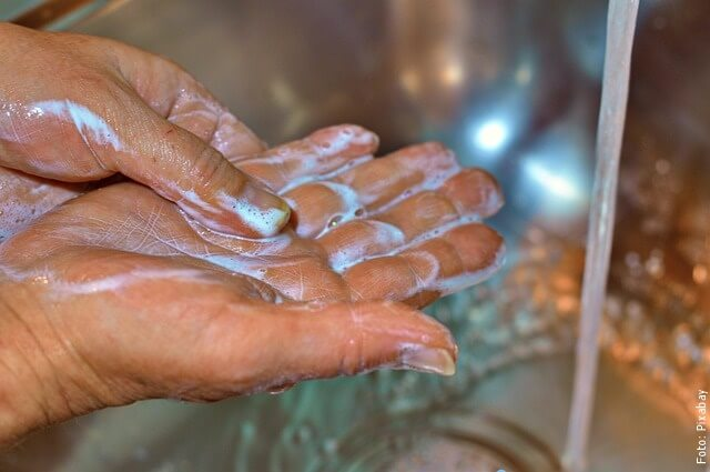 foto lavándose las manos