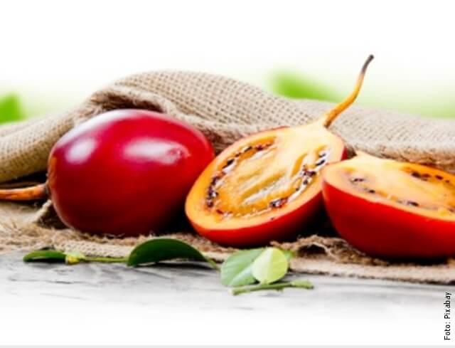 foto de tomate de árbol partido