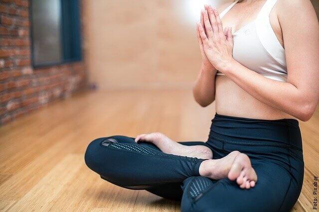 foto de mujer meditando