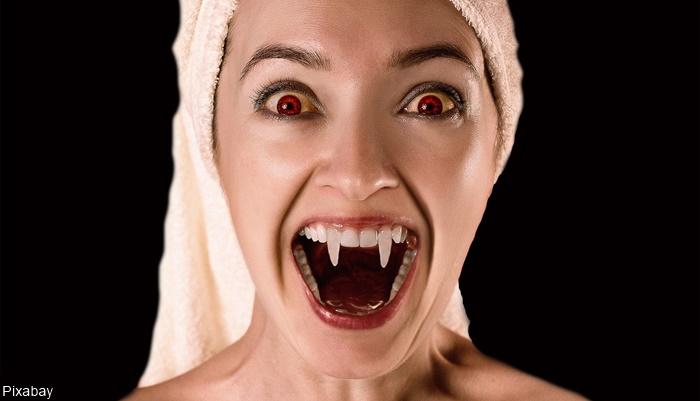 Foto de mujer vampiro mostrando los colmillo para ilustrar qué películas de vampiros deberías ver