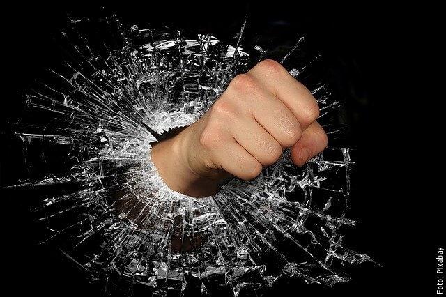 foto rompiendo un vidrio