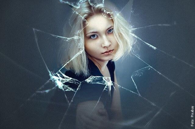 foto de mujer a través de un vidrio roto