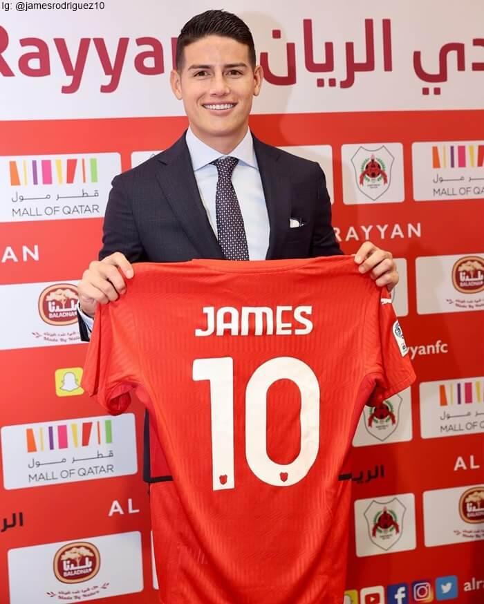 Foto de James sosteniendo la camisa de su nuevo equipo en Catar