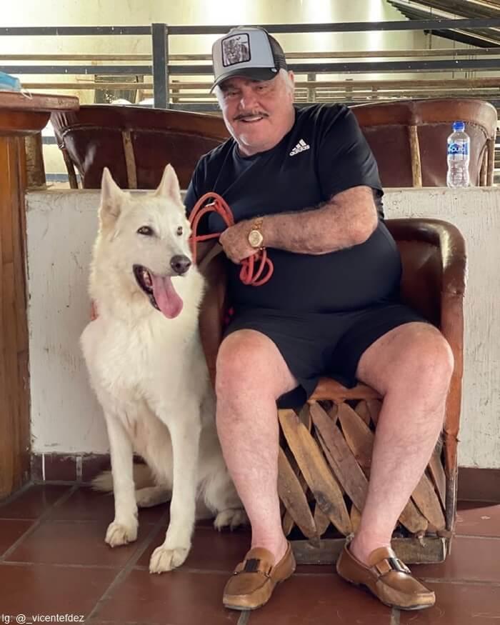 Foto de Vicente Fernández con su perro