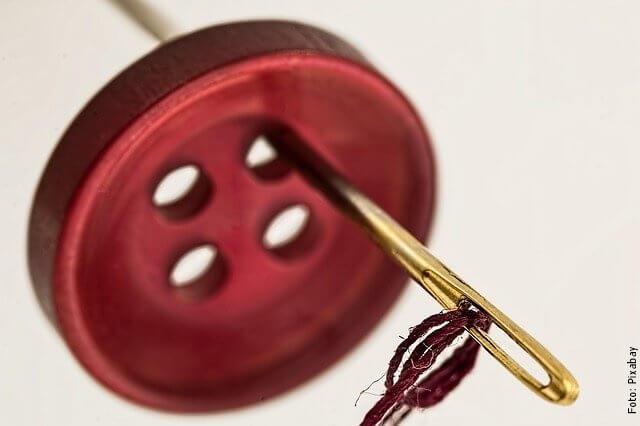 foto de aguja y botón