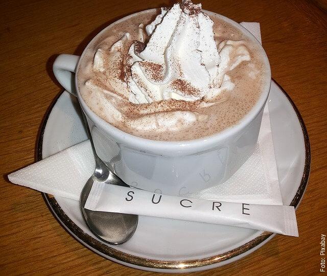 foto de café con crema chantilly